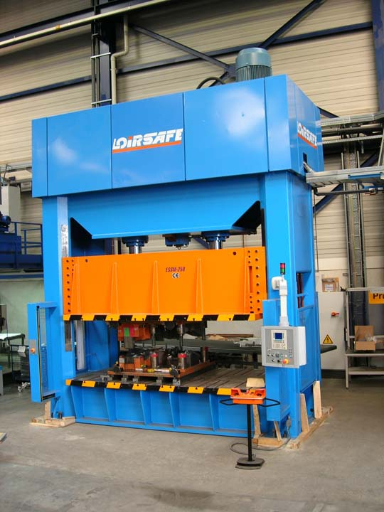 2.500 kN Hydraulic Press with single acting in upper side.