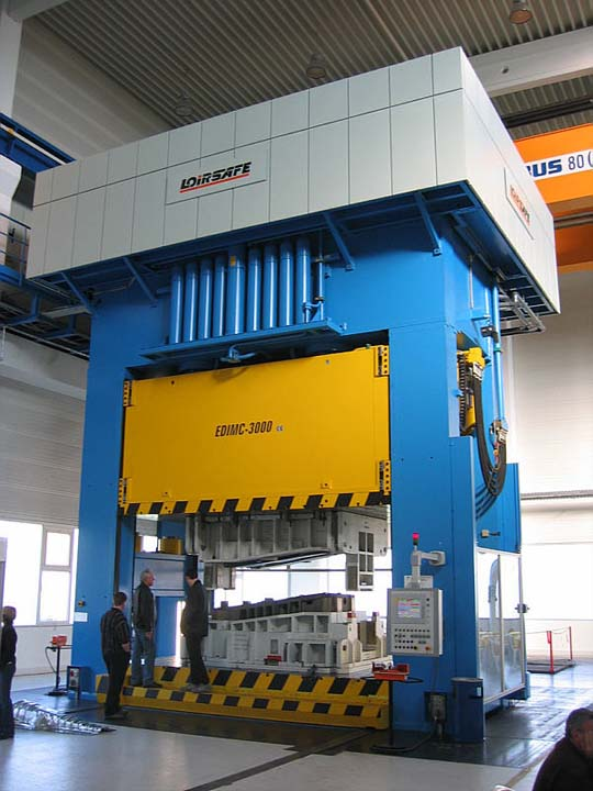30.000 kN Hydraulic Press with front moving bolster.