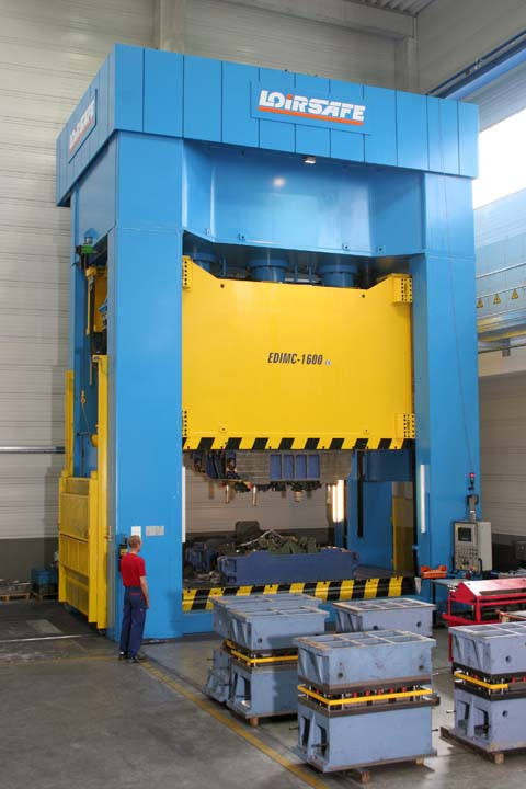16.000 kN Hydraulic Press with side moving bolster.
